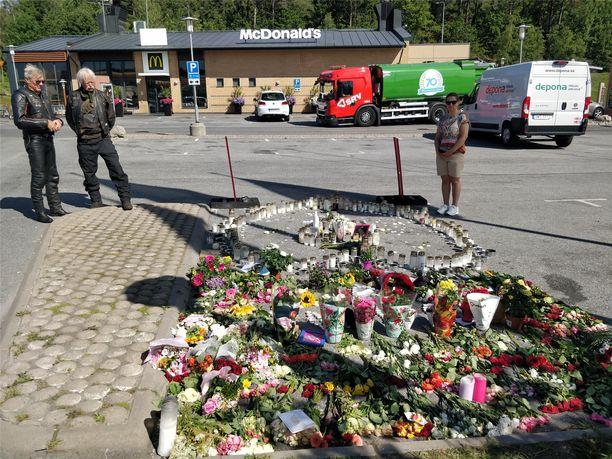 Tytön murhapaikalle tuotiin kukkia ja kynttilöitä.