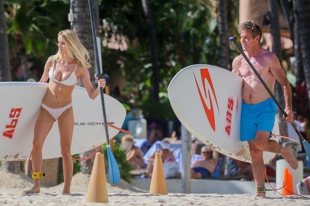 Pariskunta nautti vesiaktiviteeteista Havaijin-reissullaan.