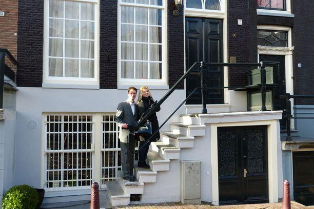 """Kuvassa näkyvä talo on Bond-tyttö Tiffany Casen (Jill St. John) asunto Amsterdamissa, jossa Bond (Sean Connery) vierailee elokuvassa """"Timantit ovat ikuisia"""" (1971). 007 Travelers vieraili kuvauspaikalla tammikuussa 2015."""