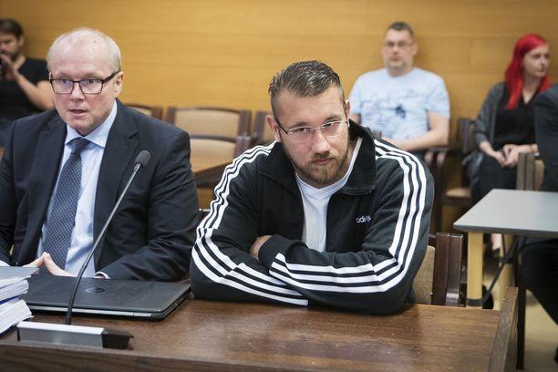 Satakunnan käräjäoikeus tuomitsi Ulvilan Cannonball-kerhon jäsenen ja epäillyn johtajan Tino Rajan 4 vuoden ja 6 kuukauden vankeusrangaistukseen. Vieressä Rajan avustaja asianajaja Mika Ylönen.