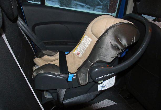Vauvan turvakaukalokin voi tulla käyttöikänsä päähän, vaikka sitä ei näy päällepäin.