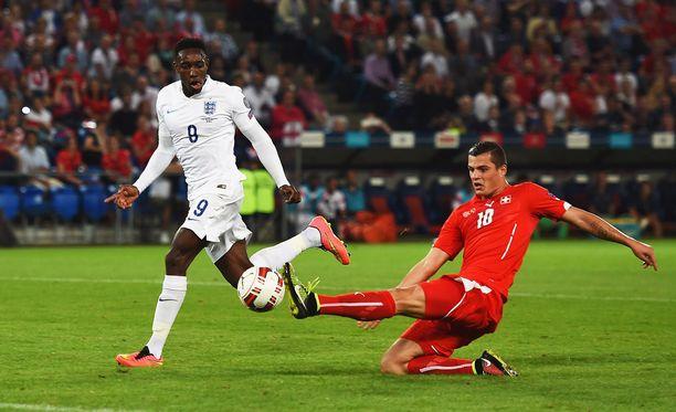 Danny Welbeck nautiskeli kaksi maalia Baselin illassa.