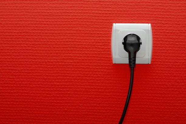 Sähkön hinnannousun taustalla on monia syitä. Kuluttajan kannatta tarkistaa, millainen sähkösopimus hänellä on. Kuvituskuva.