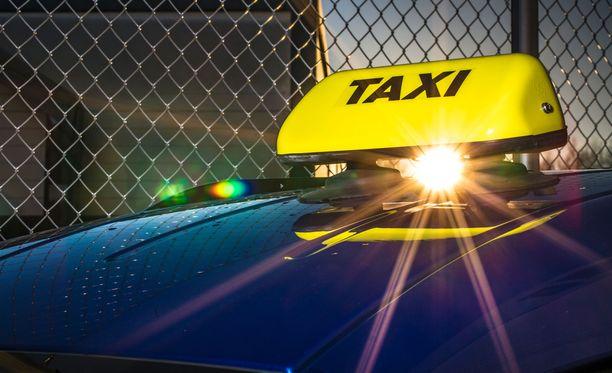 Taksimatkoilla voi säästää varaamalla taksin sovelluksella tai tinkaamalla.