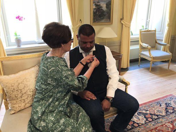 Hengenpelastusmitalin Hassan Zubierille luovutti Suomen Ruotsin-suurlähettiläs Liisa Talonpoika.