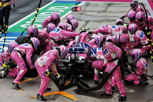 Mekaanikot Lance Strollin auton kimpussa sunnuntaina.
