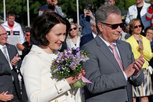 Jenni Haukio ja Sauli Niinistö paistattelevat auringossa ja kansan suosiossa.