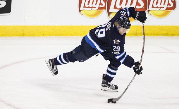 Winnipeg Jetsin Patrik Laine ampui joukkueensa ylivoimalla 1-0-johtoon avauserässä Minnesota Wildia vastaan.