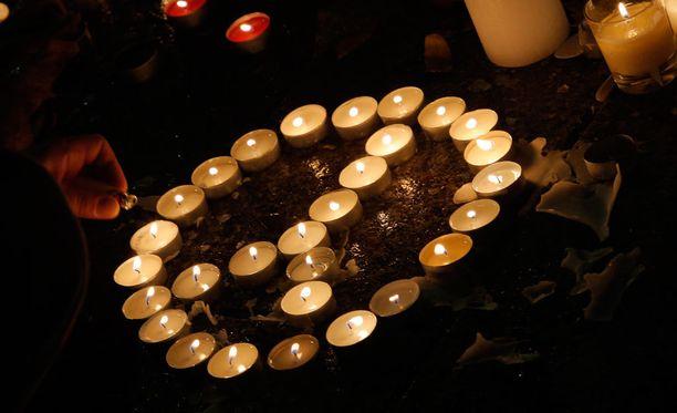 Bataclanin edessä sytytettiin kynttilöitä terrori-iskujen uhrien muistoksi.
