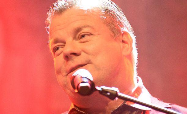 52-vuotias Jari Sillanpää on tunnettu iskelmälaulaja.