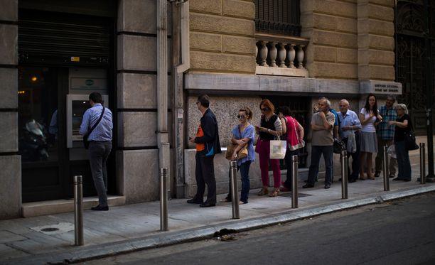 Kansalaisia jonottamassa automaatille heinäkuun alussa Ateenassa.