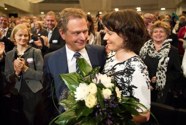 Niinistö asettui kokoomuksen presidenttiehdokkaaksi lokakuussa 2011. Haukio antaa aviomiehelleen onnitteluhalauksen.