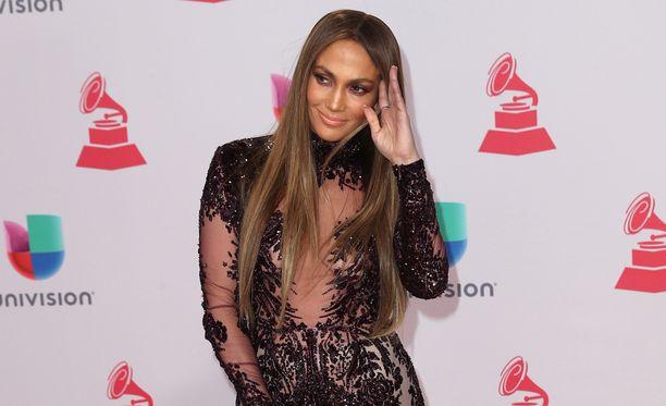 Jennifer Lopezilla on kaksi lasta avioliitosta Marc Anthonyn kanssa. Marraskuussa Marc Anthonyn ja Jenniferin välien huhuttiin lämmenneen, kun pariskunta suuteli lavalla palkinnonjaon yhteydessä.