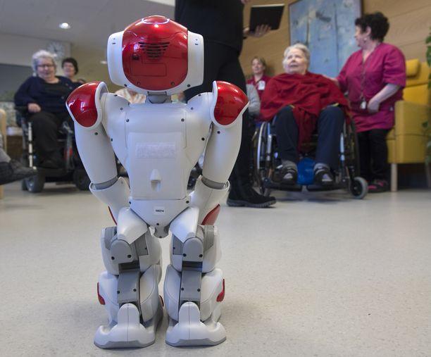 Robotti vanhusten palvelutalossa Lahdessa. Ikäihmisten palveluihin on haettu erilaisia teknologiaan perustuvia ratkaisuja Suomessa.