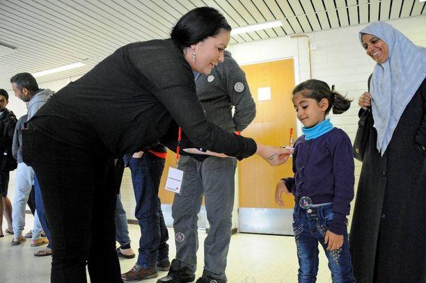 Moni jututtamani turvapaikanhakija mainitsee ensimmäisenä ystävällisyyden, kun kysyn, miten heidät on otettu vastaan Suomessa. Ja niin ohjaajat kuin vapaaehtoiset suhtautuvat suurella sydämellä turvapaikanhakijoihin. Vapaaehtoisena Anjalankoskella työskentelevä Eeva ostaa lapsille pieniä leluja ja haluaa tukea vaikeassa tilanteessa olevia ihmisiä.
