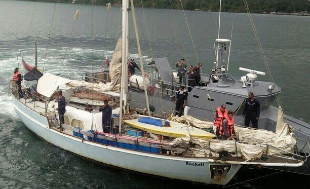 Saksalaispariskunnan purjevene Rockall Etelä-Filippiineillä. Naisen ruumis oli veneessä.