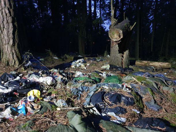 Metsästä löytyi leiri, jonka ympäristö oli täynnä tavaraa ja roskaa.