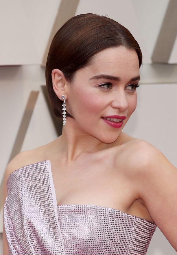 Emilia Clarken sliipattu lyhyt tukka korostaa kasvojen muotoa.