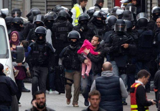 Poliisi evakuoi asukkaita Pariisin Saint-Denisissä eilen. Operaatioon osallistui 110 viranomaista.