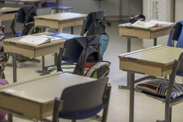 Koulun välituntivalvojana toiminut opettaja huomasi oppilaan selkeän humalatilan. Kuvituskuva.