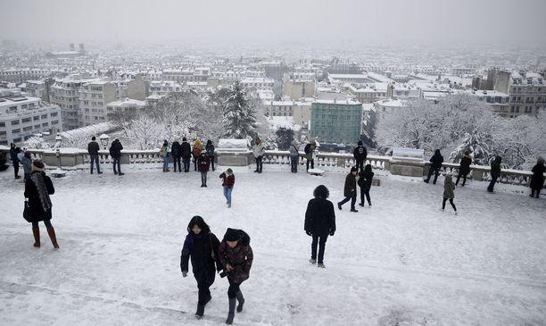 Pariisi on peittynyt lumeen.