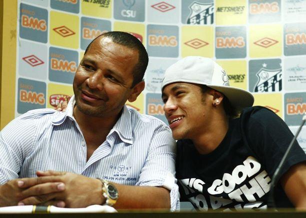 Isän uhraukset eivät ole menneet hukkaan, sillä Neymar jr:sta tuli miljonääri jo ennen 18-vuotispäiväänsä. Isä on haistanut tilanteita ja rohjennut vaatia pojalleen suuria rahasummia. Kuvassa kaksikko marraskuussa 2011.