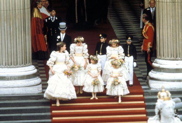 Walesin prinssi Charlesin ja prinsessa Dianan morsiustytöt yhteiskuvassa.