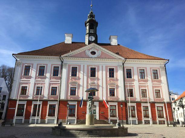 Raatihuone on Tarton maamerkkejä. Sen edustalla oleva patsas esittää suutelevia ylioppilaita.