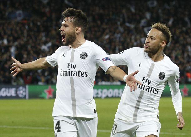 Juan Bernat (vas) ja Neymar juhlivat PSG:n avausmaalia.
