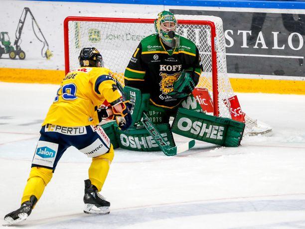 Riku Helenius on pelannut erinomaisen alkukauden Ilveksessä. Keskiviikkona hän torjui Jukurien kaikki 22 laukausta, kuten kuvassa Nestori Lähteen yrityksen.