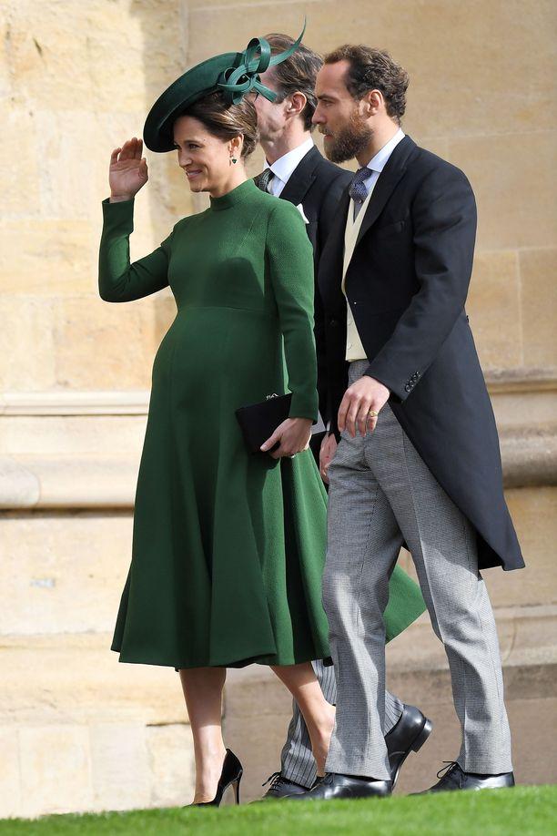 Viimeisillään raskaana oleva Pippa Middleton säväytti vihreässä, vähäeleisessä Emilia Wicksteadin luomuksessa. Rinnalla veli James Middleton.