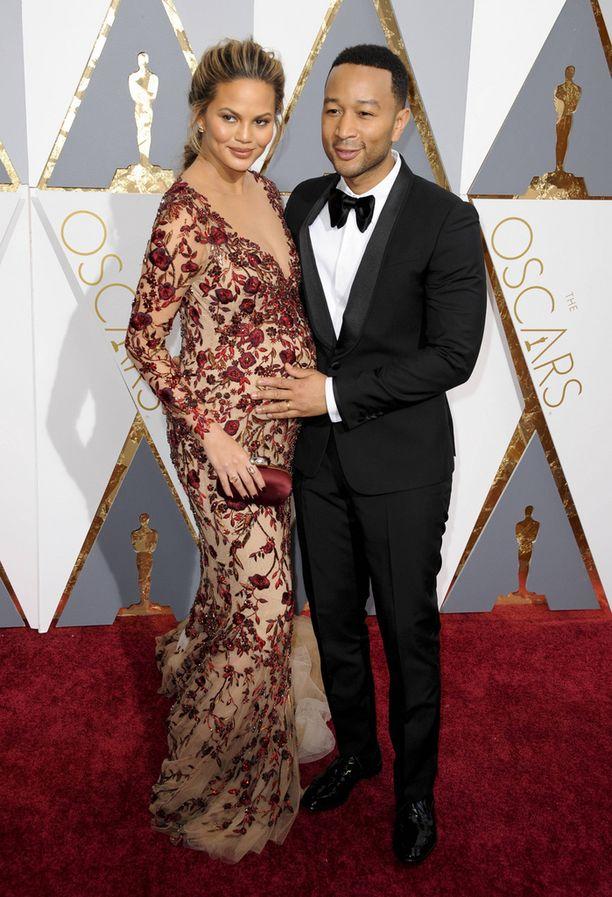 Chrissy on pukeutunut näyttävästi myös punaisella matolla raskaudesta huolimatta.