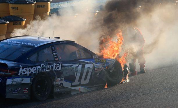 Nascar-auto syttyi Virginiassa järjestetyssä kilpailussa ilmiliekkeihin.