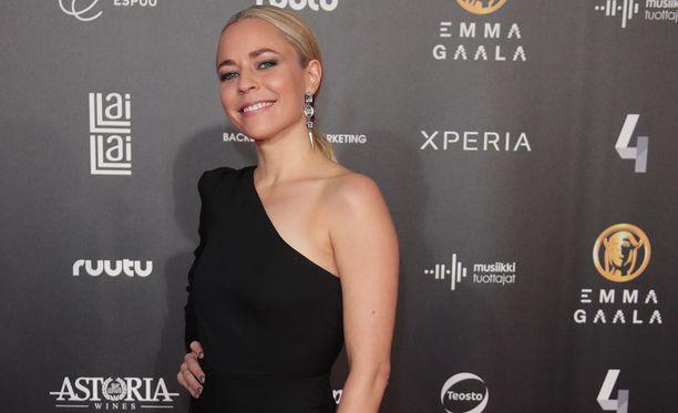 Paula Vesala rohmusi Emma-palkintoja.