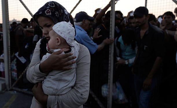 Afganistanista kotoisin oleva pakolainen odotti maanantaina pääsyä laivalle Kosin saarella Kreikassa.