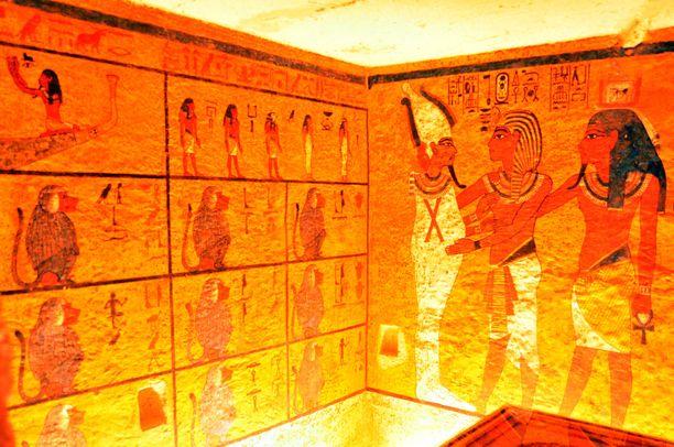 Remontissa hautaa siistittiin ja maalaukset suojattiin.