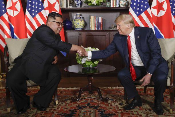 Sisällä Kim ja Trump kättelivät toisiaan uudelleen ja tuolloin kaksikko äityi jo hymyilemäänkin toisilleen.