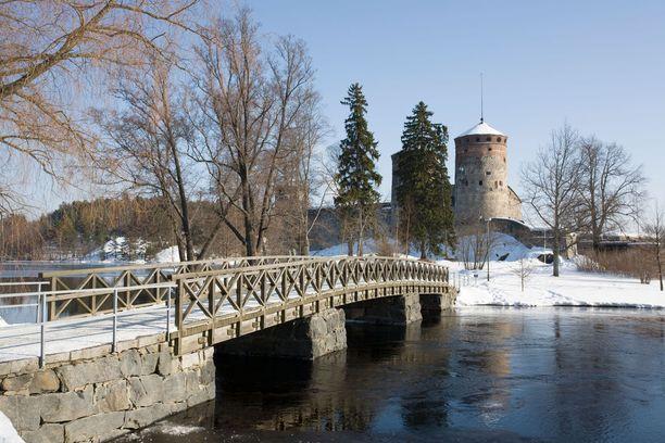 Olavinlinna on auki yleisölle ympäri vuoden. Kesäisi osa sen tiloista ja alueesta on varattu oopperajuhlille.