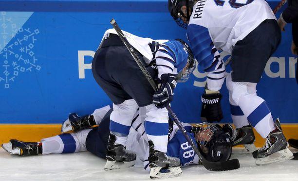 Ronja Savolaisen loukkaantuminen avauserässä säikäytti. Hän kuitenkin palasi peliin toisessa erässä.