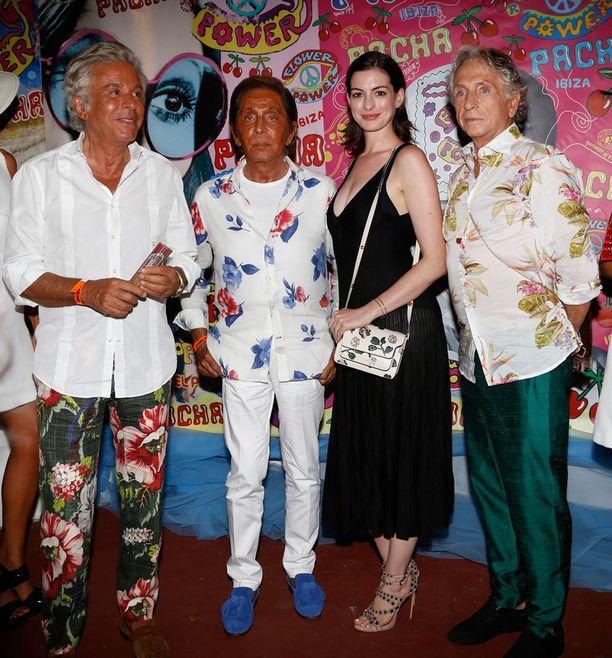 Valentino ja Anne Hathaway poseerasivat kuvaajille Ibizalla.