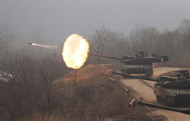 Pohjois-Korea maalaa jatkuvasti ulkomaailmasta kuvaa aggressiivisena valloittajajoukkona. Kuvassa Etelä-Korean armeijan panssarivaunuja harjoitusammunnoissa keskiviikkona.