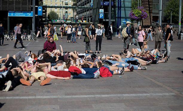 """Protuleirin järjestämä flashmob keräsi noin 100 osallistujaa """"mahautumaan"""" yllättäen keskipäivän aikaan Kampin Narinkkatorille."""