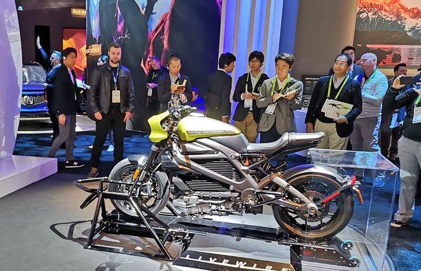 Sähkö-HD esiteltiin tuotantovalmiina mallina CES-messuilla Kaliforniassa Panasonicin osastolla. Panasonic on rakentanut Harrikkaan Connect-toimintoja.