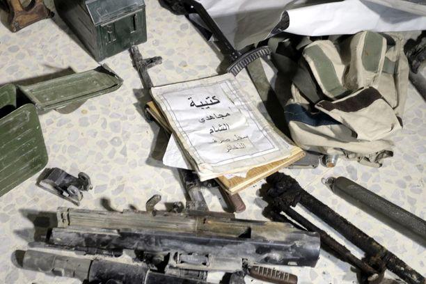 Aseita ja ammuksia Zamalkan kaupungissa Syyrian Itä-Ghoutassa.