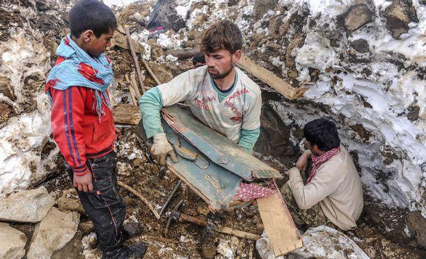 Afganistanissa ainakin 122 ihmistä on kuollut sunnuntaina sattuneiden lumivyöryjen vuoksi.