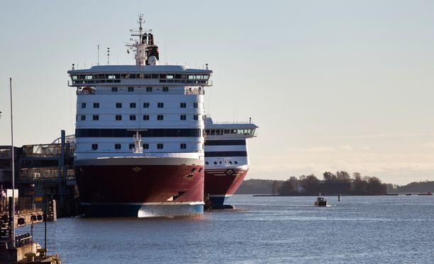 Viking Linella on Suomen lipun alla viisi laivaa.