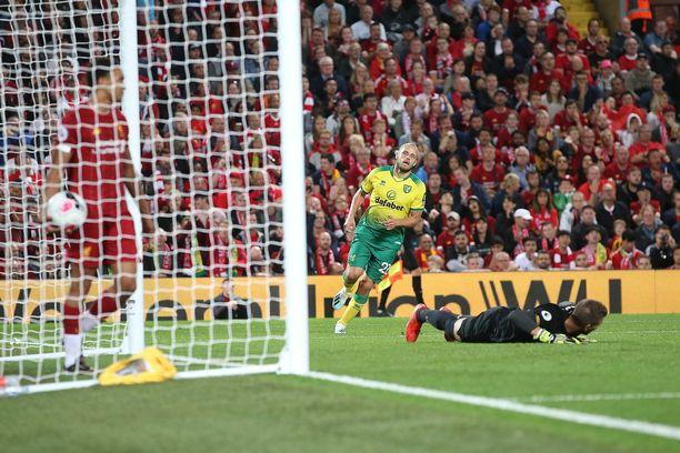 Siellä lepää. Teemu Pukki iski komean maalin Liverpoolin maalivahdin Adrianin selän taakse Anfieldilla viime perjantaina valioliigadebyytissään.