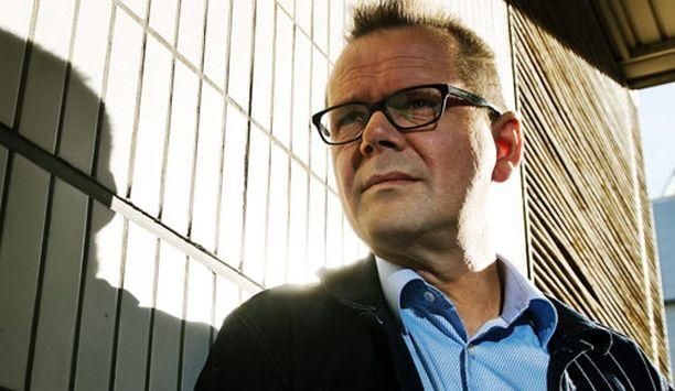 Kari Hotakainen toipuu vakavasta kolarista Helsingissä, Töölön sairaalan vuodeosastolla.