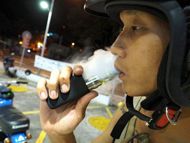 Taiwanilaismies nautiskeli sähkötupakasta.