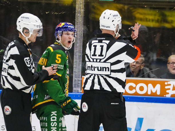 Ilveksen Oskari Laaksonen oli äimänkäkenä saamastaan rangaistuksesta jatkoajalla.